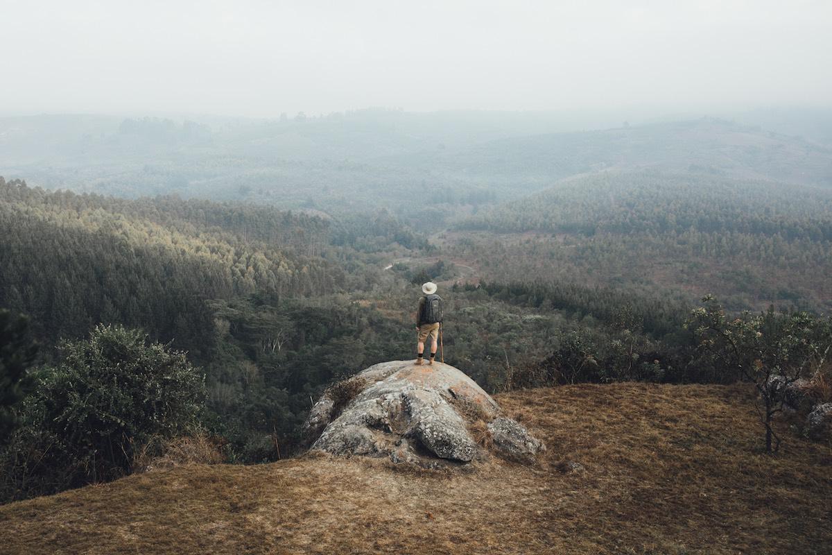 Daniel katsoo maisemia Tansaniassa
