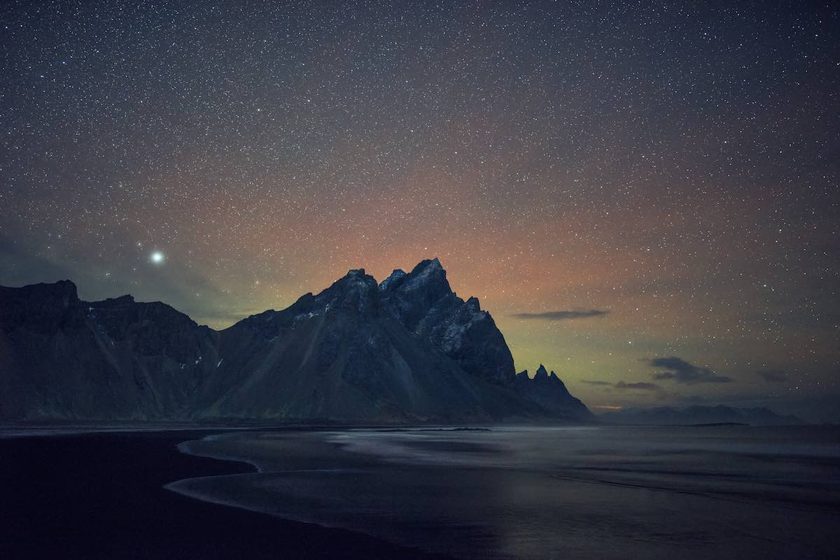 Tähtitaivas mustan hiekan rannalla, Vesturhorn - Camera: Nikon D810, Lens (mm): 28, ISO: 6400, Aperture: 1.4, Shutter: 10, Other: tripod